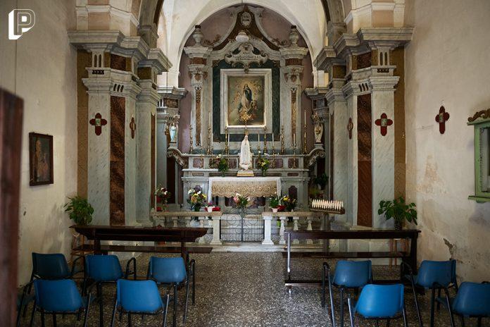 chiesa altare sedie